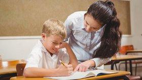 Učitelům stoupnou tarify o šest procent, míní vláda. Peníze přidá i úředníkům