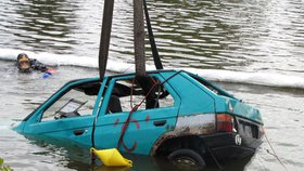 V Praze 7 vyprošťovali auto z Vltavy: Při nácviku zasahovali hasiči i potápěči