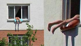 Nahá žena pobuřuje sousedky: Každý den se provokativně opaluje v okně
