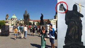 Drama na Karlově mostě: Někdo zavěsil na sochu igelitku, sundavali ji dva dny