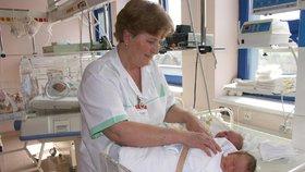 Zdravotní sestry se zas obejdou bez titulu, kývla vláda. Bude jich dost?