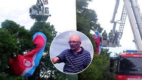 Paraglidista přistál na stromě, na zem ho museli dostat hasiči