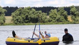 Zemanův kabaret na vodě: Ochranka se brodila blátem za prezidentským člunem