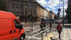 Konec pohodlného přecházení: Tlačítka na pražských semaforech se budou muset opět mačkat