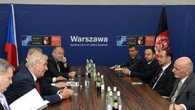 Zeman na summitu NATO domlouval práci českým vojákům: Mají cvičit Afghánce