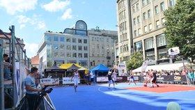 Václavské náměstí se proměnilo v basketbalové hřiště: Hraje se o desítky tisíc