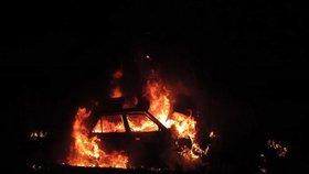 Řidič se po nehodě nemohl dostat z hořícího auta, vytáhli ho taxikář se zákazníkem