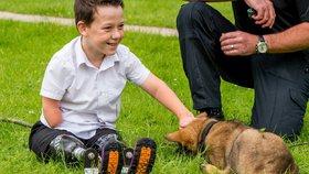 Kluk už zase běhá: Policie se složila chlapci na nové titanové protézy!