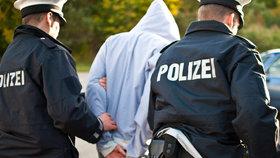 Policisty přepadl muž s lukem a šípy: Vzal jim zbraně a utekl do lesa