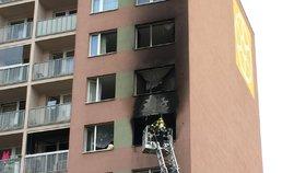 Na Chodově hořel byt: Hasiči v maskách vyvedli 8 dospělých a 2 děti
