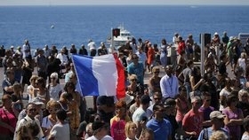 Francie držela minutu ticha za oběti z Nice. Premiéra Vallse dav vypískal