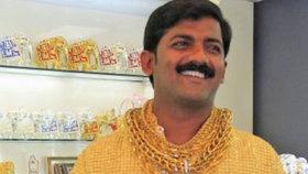 Muž si nechal za 6 milionů ušít zlatou košili, na ulici ho ubili