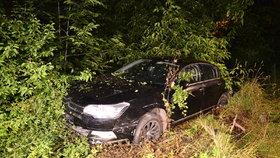 Vyletěl autem ze silnice a skončil ve křoví: Řidič od nehody utekl, hledá ho policie