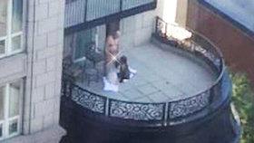 Dvojité pokouřeníčko: Staršího muže a dvě milenky načapali na balkoně při orálním sexu