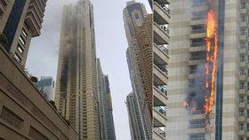 Mrakodrap se proměnil v ohnivé peklo: Hoří většina budovy, hašení komplikuje silný vítr