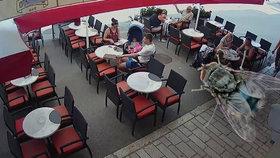 Šéf věznice chtěl ušetřit v restauraci, do talíře hodil mouchu. Nachytala ho kamera