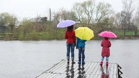Na procházky jedině s deštníkem. Příští týden klesnou teploty, Prahu svlaží déšť