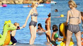 Vychrtlina v bombarďákách? To jen matka tří dětí Herzigová oblékla retro plavky