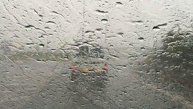 Pátek byl posledním dnem ke koupání: O víkendu Prahu zchladí silné lijáky. Sledujte radar