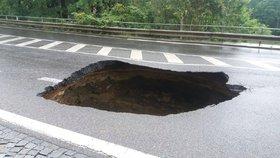 Díra v silnici na Vysočanské jen tak nezmizí: Opravy potrvají měsíce