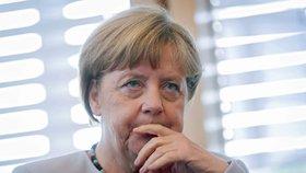 Merkelová je naivní a uprchlíci byli chybou, připouštějí němečtí politici