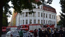 Požár odpadu v jablonecké ubytovně: Před plameny utíkalo 77 lidí