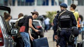 K amsterodamskému letišti dorazila zásahovka. Muž ohrožoval cestující