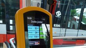 Koupě jízdenky platební kartou na začátku roku: Terminály budou ve všech tramvajích v Praze