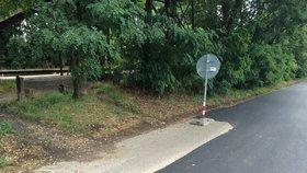 Takhle se opravuje v Praze: Řidič neodjel s autem, v silnici nechali díru