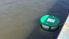 Do Vltavy v Praze unikla nafta. Na řece vznikla třísetmetrová skvrna