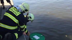 Hasiči zachraňovali Vltavu před olejovou skvrnou: Spadly do ní dva barely s motorovou naftou