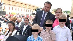 """Jurečku štve rodinné vstupné 2+2. Kolik dětí """"v paušálu"""" mají magnety Česka?"""