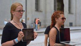Tichý veganský protest na Andělu: Demonstranti před obličej kolemjdoucím dávali tablety a počítače