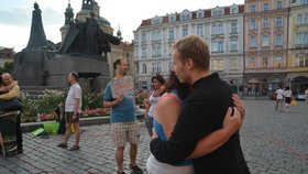 Naprosto cizí lidé se na Staromáku objímali. Češi se styděli, turisté se nebáli