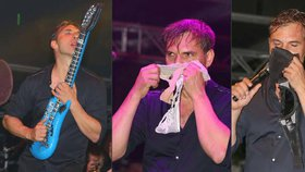 Upocený Macháček řádil na pódiu: Čichal ke kalhotkám a olizoval kytaru