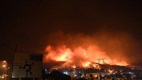 Obrovský požár na jihu Francie spálil domy a továrny: Policie drží podezřelého žháře