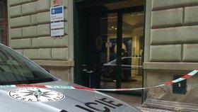 Hrůza v Praze! Muž nakráčel na policejní služebnu a třikrát se bodl do krku