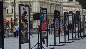U Národního divadla vystavili plakáty od emigranta. Cílem je ukázat klady uprchlíků