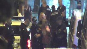 Hledaný cizinec vběhl do náruče strážníkům: Zadrželi ho, když útočil na lidi na Václaváku