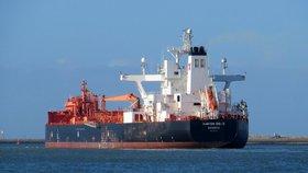 Exploze a jedna hořící loď. Cena ropy prudce vyskočila po útoku na tankery v Ománu