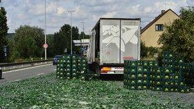 Zelený koberec ze střepů: Na Strakonické z náklaďáku vypadly basy s pivem