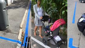 Nové parkování v Praze terčem posměšků: Kvůli zónám nemůžete ani jít po chodníku