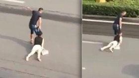 Muž brutálně vláčel ženu za vlasy po silnici, policista se otočil a šel pryč