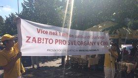 Lidé s bubny a transparenty v centru: Protestovali proti odebírání orgánů čínským vězňům