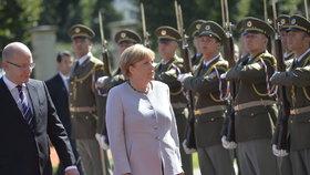 Sobotka byl před Merkelovou příliš opatrný, kritizuje premiéra opozice