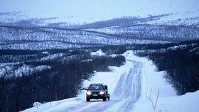 Mlhy, sníh a -20 °C: Na českých silnicích to pořádně klouže