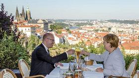 Zásah se samopaly, prostředníčky i přípitky: Merkelová navštívila Česko
