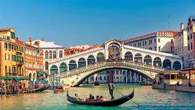 Zamilovaný pár ukradl v Benátkách gondolu, policisté je museli zachránit