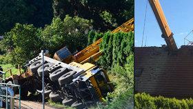 Na rodinný dům u Prahy spadl jeřáb: Rozdrtil střechu, jeden zraněný