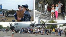 Obří letoun C-130 lákal návštěvníky i do svých útrob: Rodina koukala, maminka přebalovala…